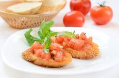 Bruschetta con el tomate y la albahaca Fotos de archivo libres de regalías