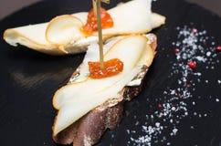 Bruschetta con formaggio ed il pomodoro seccato al sole Fotografia Stock Libera da Diritti