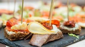 Bruschetta con formaggio ed il pomodoro seccato al sole Fotografie Stock Libere da Diritti
