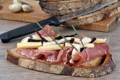 Bruschetta con formaggio ed il prosciutto crudo immagini stock libere da diritti