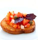 Bruschetta con i pomodori ed il basilico Fotografie Stock Libere da Diritti