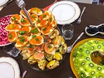 Bruschetta con il caviale o il salmone sulla tavola di buffet fotografie stock libere da diritti