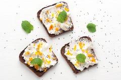 Bruschetta con il formaggio di capra, il miele ed i semi di chia Vista superiore fotografie stock libere da diritti