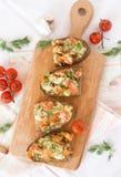 Bruschetta con il pomodoro, il formaggio e l'aglio immagini stock