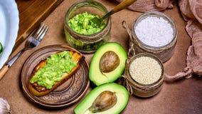 Bruschetta con l'avocado, spezie Cibo sano della prima colazione organica cruda Concetto di perdita di peso e stare Vista superio fotografie stock libere da diritti