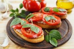 Bruschetta con la coronilla, los tomates y la albahaca de hígado Fotografía de archivo