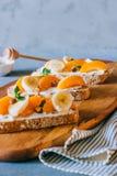 Bruschetta con la frutta dell'albicocca e della pesca, feta salato immagine stock libera da diritti
