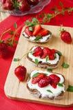 Bruschetta con le fragole ed il formaggio di capra fotografie stock libere da diritti