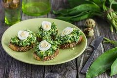 Bruschetta con le uova di quaglia e di aglio orsino Fotografia Stock Libera da Diritti