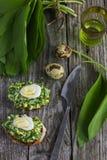 Bruschetta con le uova di quaglia e di aglio orsino Fotografie Stock Libere da Diritti
