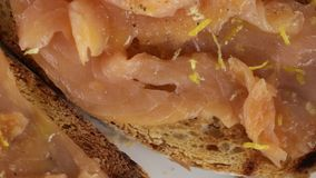 Bruschetta con los salmones almacen de metraje de vídeo
