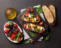 Bruschetta con los tomates, la mozzarella y la albahaca Fotos de archivo libres de regalías