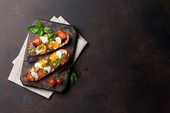 Bruschetta con los tomates, la mozzarella y la albahaca Imagen de archivo