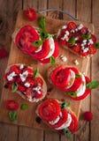 Bruschetta con queso, los tomates, la albahaca fresca y el vinagre balsámico en la tabla de cortar, visión superior fotografía de archivo libre de regalías