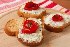 Bruschetta con queso verde y paprika Fotos de archivo libres de regalías