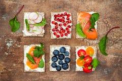 Bruschetta crostini开胃菜与各种各样的顶部混合集合 小糖醋早餐三明治品种  免版税库存照片