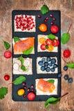 Bruschetta crostini开胃菜与各种各样的顶部混合集合 小糖醋早餐三明治品种  免版税库存图片