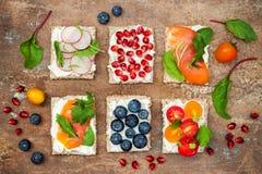 Bruschetta crostiniaptitretare blandar uppsättningen med olika toppningar Variation av den lilla sötsaken och sura frukostsmörgås arkivbilder