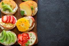 Bruschetta de la fruta y del queso cremoso Imagen de archivo