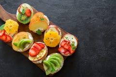 Bruschetta de la fruta y del queso cremoso Imagenes de archivo