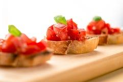 Bruschetta del basilico del pomodoro fotografia stock