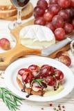 Bruschetta del queso del camembert o del brie con las uvas rojas, el romero y balsámico imagen de archivo libre de regalías
