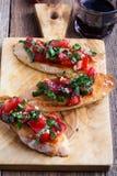 Bruschetta del tomate y de la albahaca con pan de ajo tostado Fotografía de archivo