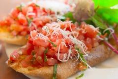 Bruschetta del trigo con salsa cortada en cuadritos del tomate Foto de archivo libre de regalías