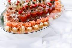 Bruschetta delicioso com camarão dos salmões e do canape na tabela Tabela de bufete saboroso Partido do verão exterior Conceito d Imagens de Stock Royalty Free