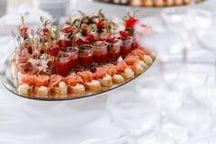 Bruschetta delicioso com camarão dos salmões e do canape na tabela Tabela de bufete saboroso Partido do verão exterior Conceito d Imagens de Stock