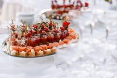 Bruschetta delicioso com camarão dos salmões e do canape na tabela Tabela de bufete saboroso Partido do verão exterior Conceito d Imagem de Stock Royalty Free