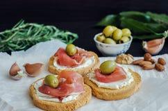 Bruschetta deliziosa con il prosciutto di Parma Immagine Stock