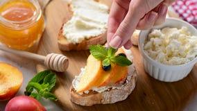 Bruschetta dell'aperitivo del formaggio e della frutta video d archivio