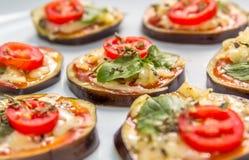 Bruschetta della melanzana con formaggio, origano e basilico Immagini Stock Libere da Diritti