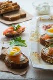 Bruschetta dos salmões e do ovo Fotografia de Stock Royalty Free