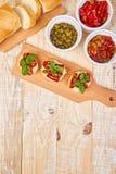 Bruschetta eller crostinien med solen torkade tomater och kapris arkivbild