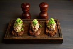 Bruschetta, em fatias de baguette brindado decorado com manjericão Fotos de Stock