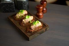Bruschetta, en rebanadas de baguette tostado adornado con albahaca Imagenes de archivo