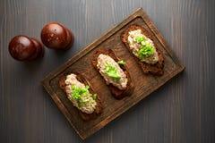Bruschetta, en rebanadas de baguette tostado adornado con albahaca Foto de archivo libre de regalías