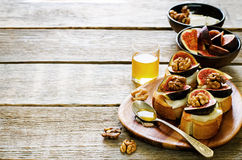 Bruschetta with figs, honey, goat cheese and walnuts Royalty Free Stock Images