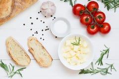 Bruschetta ingredienser med mozzarellaen, körsbärsröd tomater och nytt arbeta i trädgården rosmarin Bästa sikt med utrymme för di royaltyfri foto