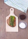 Bruschetta italiana con asparago Immagini Stock Libere da Diritti