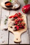 Bruschetta italiana, crostini con i peperoni dolci arrostiti e olio d'oliva fotografia stock libera da diritti