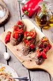 Bruschetta italiana, crostini con i peperoni dolci arrostiti e olio d'oliva immagine stock libera da diritti