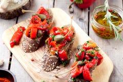 Bruschetta italiana, crostini con i peperoni dolci arrostiti e olio d'oliva immagini stock libere da diritti