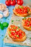 Bruschetta italiana del pomodoro con basilico Immagini Stock
