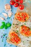 Bruschetta italiana del pomodoro con basilico Fotografia Stock