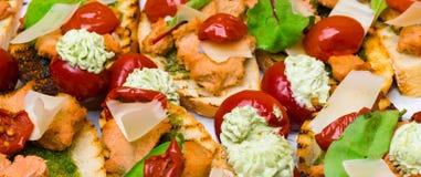 Bruschetta italiana deliziosa dei antipasti con il pomodoro, il patè della carne, le olive e la crema del tonno, mozzarella Metta fotografie stock libere da diritti