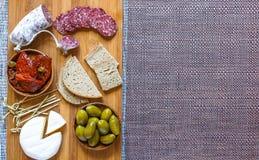 Bruschetta italiana fatta con le fette di pane tostate con la ciliegia Fotografie Stock