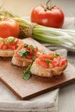 Bruschetta italiano con la cebolla y la albahaca de los tomates Fotos de archivo
